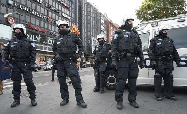 Helsingin poliisi otti iltapäivällä kiinni kolme ihmistä kolmesta eri mielenosoituksesta.