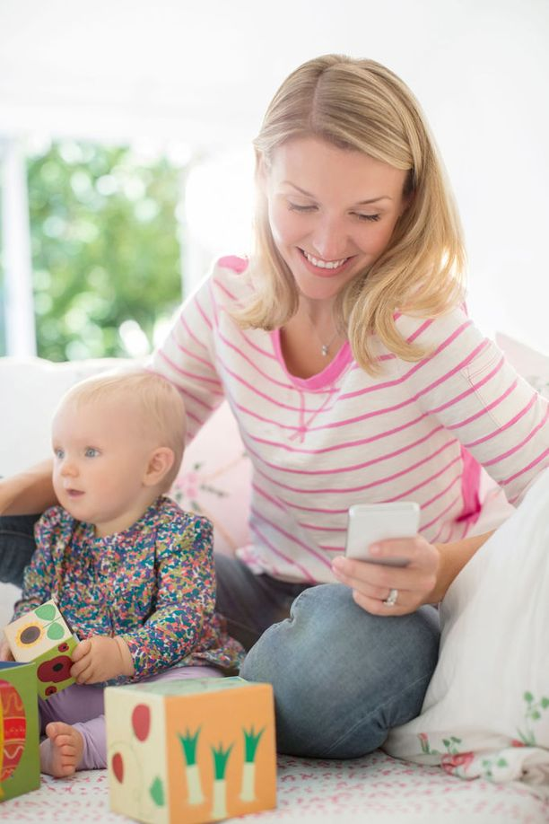 Näetkö kuvassa huonon äidin? Psykologi varoittaa tekemästä liian pitkälle meneviä johtopäätöksiä vanhempien kännykänkäytöstä.