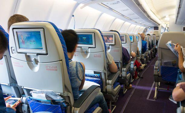 Istuinten takana sijaitsevat tarjotinpöydät ovat lentokoneen pahimpia bakteeripesiä.