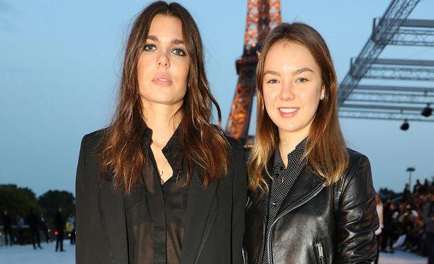 Vasemmalla Charlotte, oikealla Hannoverin prinsessa Alexandra.