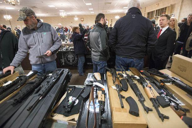 Valtaosassa osavaltioita asemessuilta voi ostaa aseen ilman taustatarkastuksia, jos myyjä ei ole lisensoitu asekauppias.
