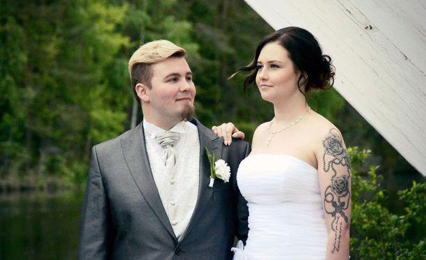 Mooses Tiitto ja Emilia Marjoniemi avioituivat Satuhäät-ohjelmassa.