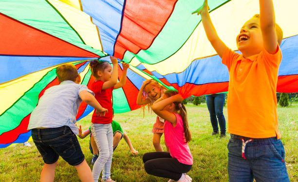 Lapset pääsevät tapaamaan muita esimerkiksi kesäkerhoissa ja puistotreffeillä.