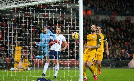 Tottenhamin Serge Aurierin (taka-alalla maassa) lähettämä keskitys painui onnekkaasti Brightonin maaliin.