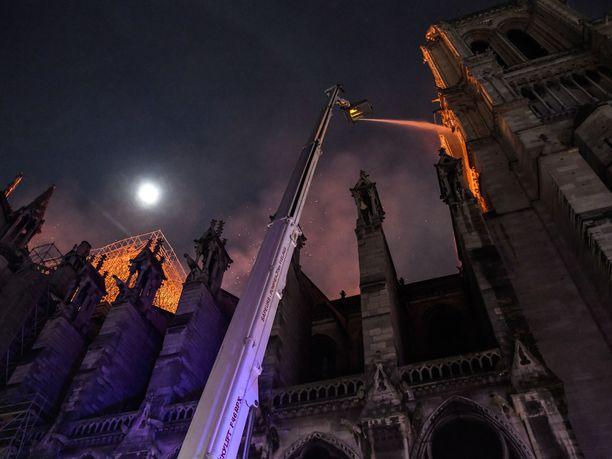 Pariisin Notre Damen katedraalin tulipalo saatiin hallintaan varhain tiistaina.