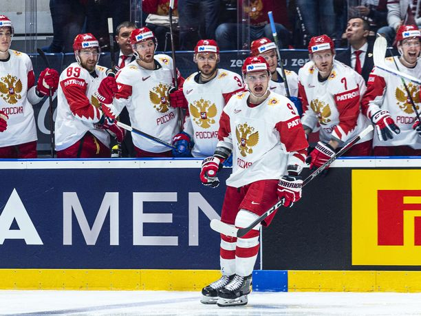 Dmitri Orlov (edessä) teki Venäjän avausmaalin ja sikaili Oskars Batnan ulos pelistä.