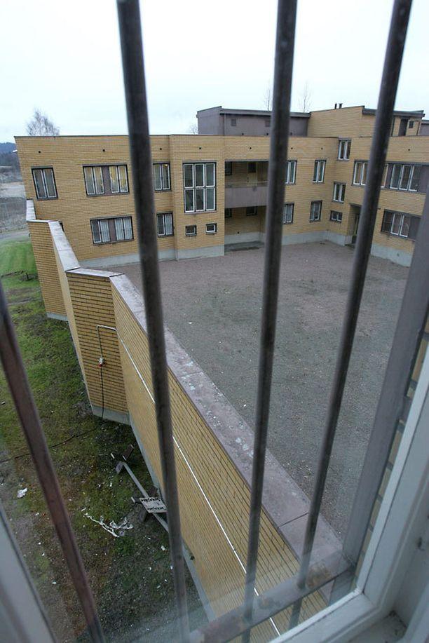 Kärhämät Hämeenlinnan vankilassa johtivat noin kymmenen vartijan lähtöön.