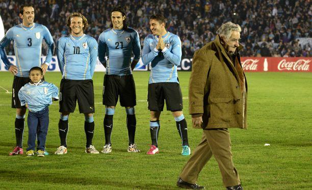 Uruguayn presidenttikin puolustaa Suarezia. Kuva Uruguayn ja Slovenian välisestä ystävyysottelusta kesäkuun alulta.
