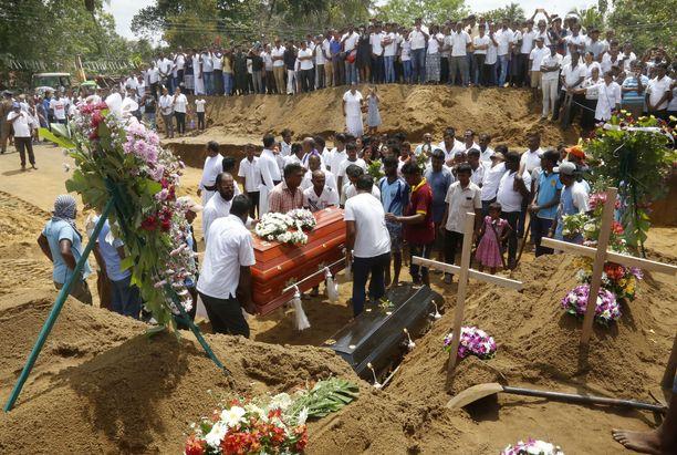 Sukulaiset ja ystävät hautasivat pommi-iskujen uhreja Don David Katuwapityan hautausmaalle Colomboon.