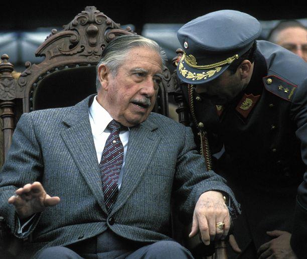 Diktaattori Augusto Pinochetin aikana murhattiin ainakin 3 000 hänen vastustajaansa. Toisaalta hänen 17-vuotiaalla valtakaudellaan Chile nousi köyhyydestä Latinalaisen Amerikan toiseksi rikkaimmaksi maaksi.