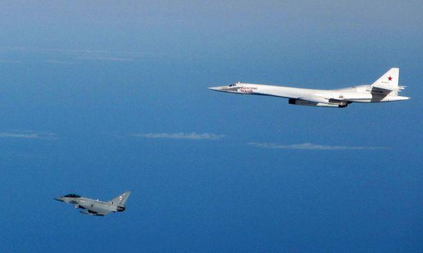 Britannian puolustusministeriön julkaisemista kuvista näkyy, kuinka ilmavoimien hävittäjät saattelivat kaksi venäläistä TU-160-pommikonetta kauemmas saarivaltiosta.