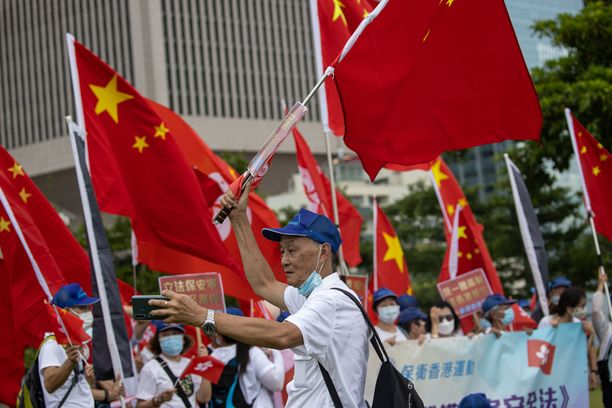 Kiina-myönteiset mielenosoittajat juhlivat turvallisuuslain hyväksymistä Hongkongissa 30. kesäkuuta.