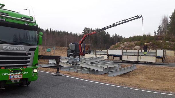 Sammatin liittymä Helsinki-Turku-moottoritiellä (1) perjantaina. Betonisia esteitä rakennettiin kovaa vauhtia.