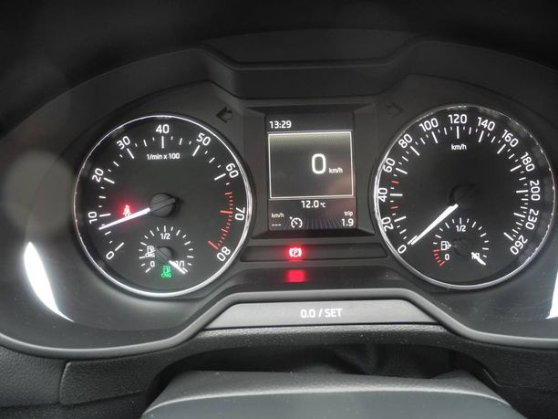 Skodan mittaristossa on omat näytöt sekä bensiinitankin (oikealla) että kaasutankkien nestemäärille.