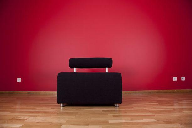 Punainen voi olla aluksi pelottava väri. Sitä voi kokonaisen seinän sijaan tuoda sisustukseen esimerkiksi tekstiilien avulla.
