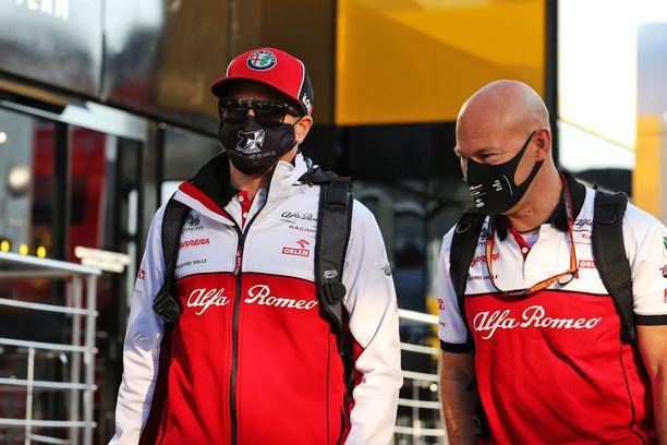 Kimi Räikkönen luottaa Mark Arnallin (oikealla) apuun.