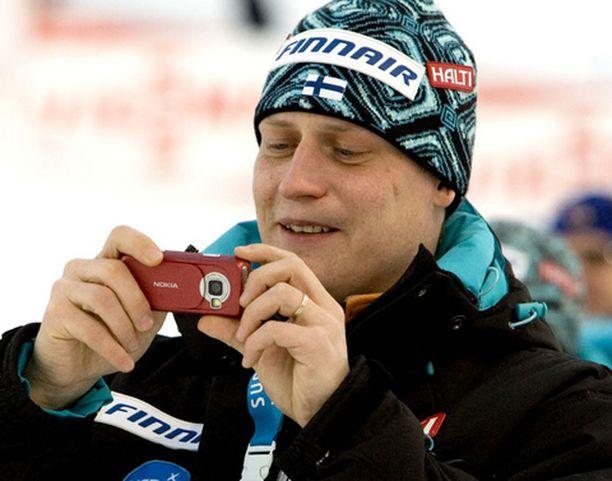 Tommi Nikunen otti kamerakännykkänsä avuksi Suomen epäonnea selittäessään.
