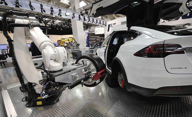 Teslan entinen luova johtaja Chester Chipperfield on perustamassa yritystä suomalaisen Jyri Engeströmin ja tämän puolison Caterina Faken kanssa.