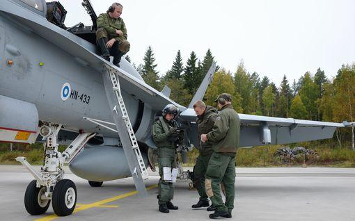 """Hornetien korvaajiksi kaavaillut koneet testiin Suomeen: """"Jäätävä tihku ja metsämaastomme luovat omia haasteita"""""""