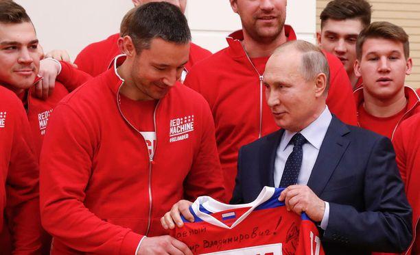 Vladimir Putin on innokas kiekkomies. Erityisen lähellä hänen sydäntään on Pietarin SKA, jonka tähtipelaaja Ilja Kovaltshuk ojensi Putinille olympiakultaa voittaneen venäläisjoukkueen nimikirjoituksilla varustetun pelipaidan.