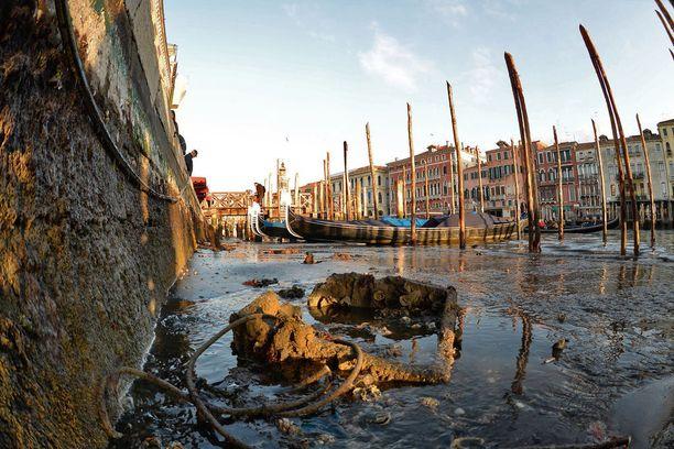 Kuivuminen paljasti, kuinka paljon kanavien pohjalla on roskaa.