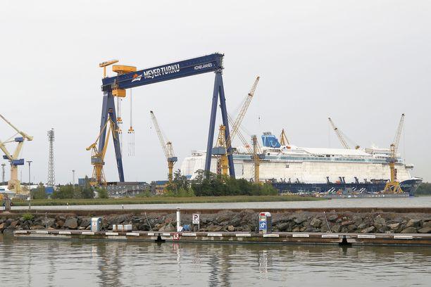 Sähköliiton lakkovaroitus uhkaa Meyerin telakan toimintaa.