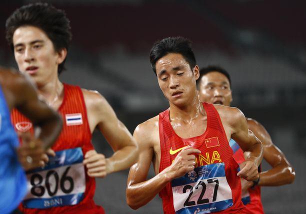 Kieran Tuntivate (vas.) kilpaili toisen kotimaansa Thaimaan riveissä Aasian mestaruuskisoissa viime vuoden elokuussa. Kuvassa keskellä esiintyy Kiinan Zhao Changhong.