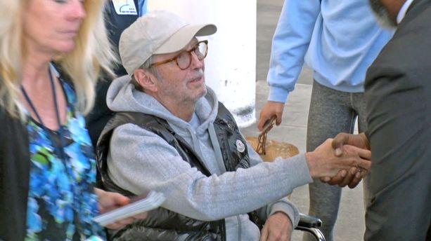 Eric Clapton kiitteli häntä avustaneita henkilöitä.