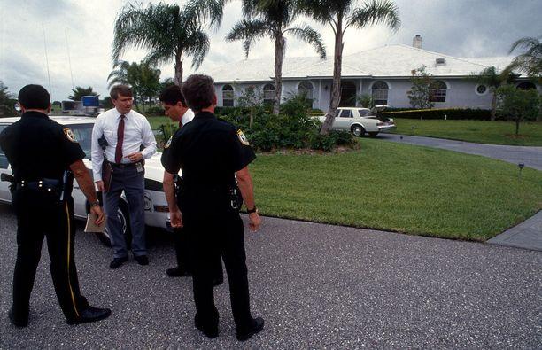Palm Beach Countyn poliisit tutkivat murhapaikkaa Floridassa toukokuussa 1990.