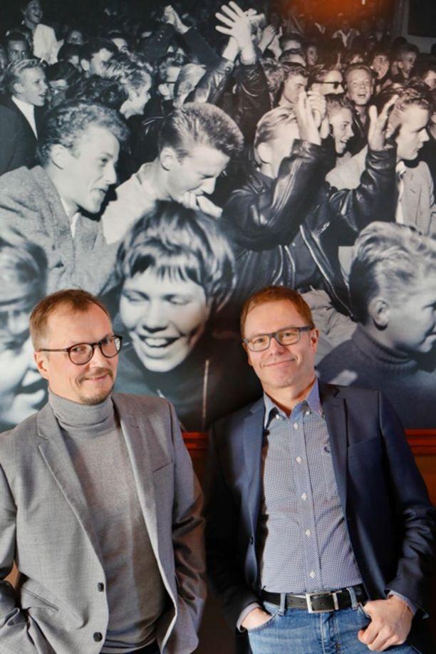 Kirjan kirjoittajilla on molemmilla toimittajatausta. Juha Niemi työskentelee Ilta-Sanomissa, Mikko Vienonen Iltalehdessä.