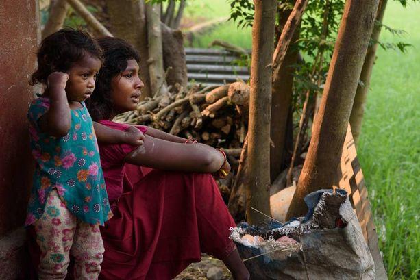 Anjana Majhi, 17, ja hänen tyttärensä Ishita, 1. Anjana pakotettiin naimisiin sen jälkeen, kun kylällä levisivät huhut hänen rakkaussuhteestaan poikaan. Anjana lähetettiin töihin piikomaan 7-vuotiaana. Hänen aviomiehensä on väkivaltainen.