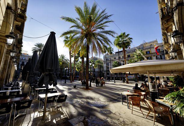 Plaça Reial sijaitsee Barcelonan goottisessa kaupunginosassa.