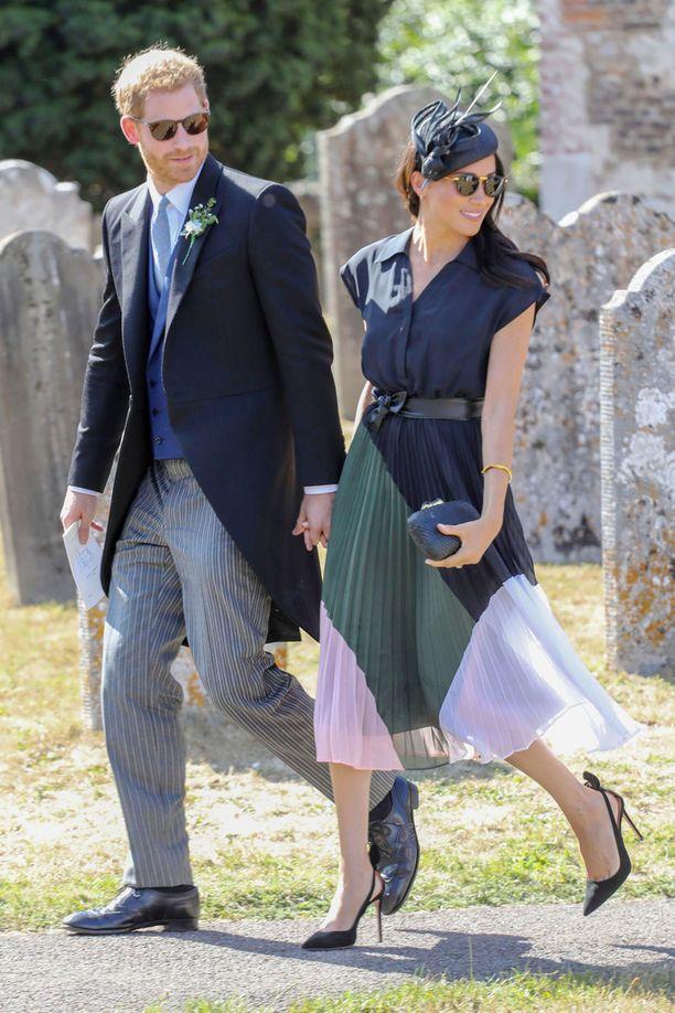 Herttuattaren alle 350 euron arvoisen mekon yksityiskohtana oli vaaleanpunavalkoinen helma.