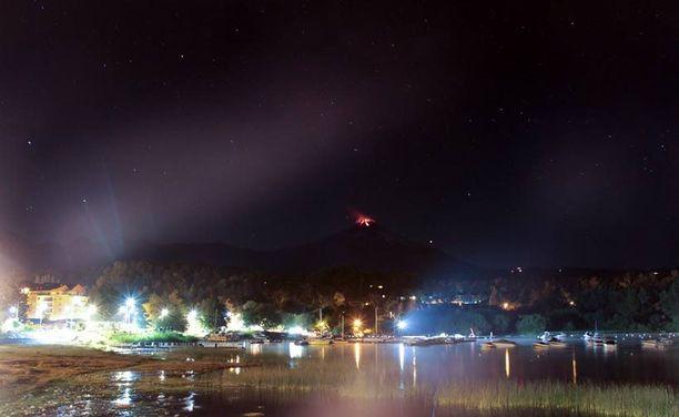 Tulivuoren huippu loisti punaisena pimeydessä lähellä Puconia.