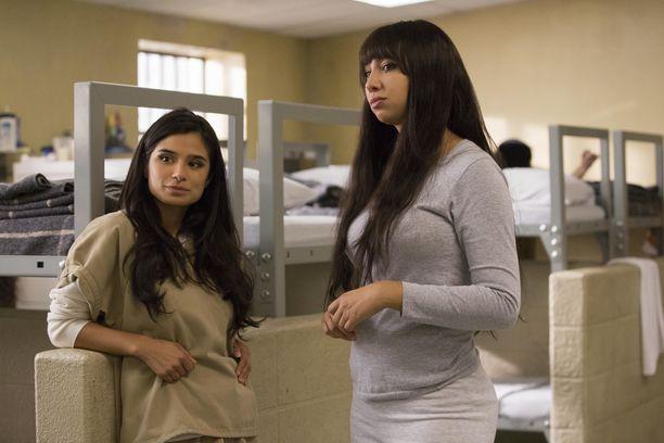 """Miten käy vangeille? Kuvassa Diane Guerrero (Maritza Ramos) ja Jackie Cruz (Marisol """"Flaca"""" Gonzales)."""