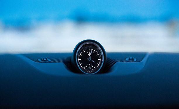 Luksusauto ei ole luksusauto ilman analogista kelloa.