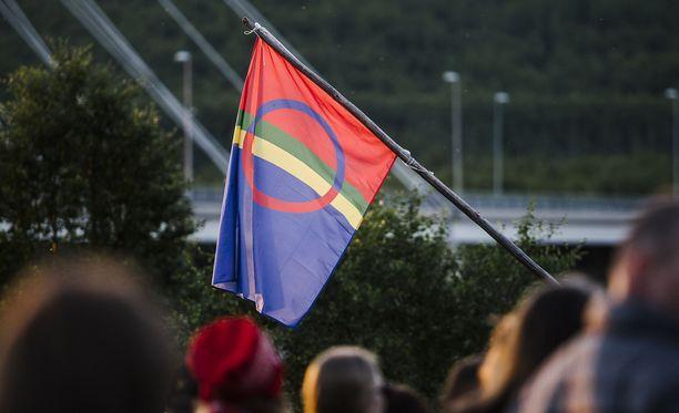 Kansallispäivä on yksi saamelaisten liputuspäivistä. Suomen, Ruotsin ja Norjan viranomaiset suosittelevat päivänä myös yleistä liputusta.