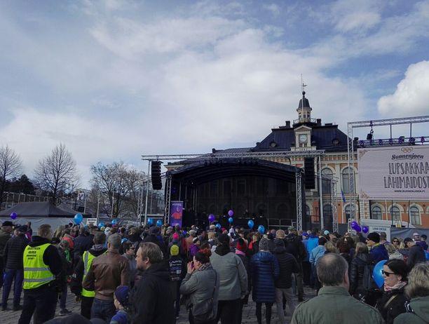 Kuopion torille on kokoontunut kansaa juhlimaan Iivo Niskasta.