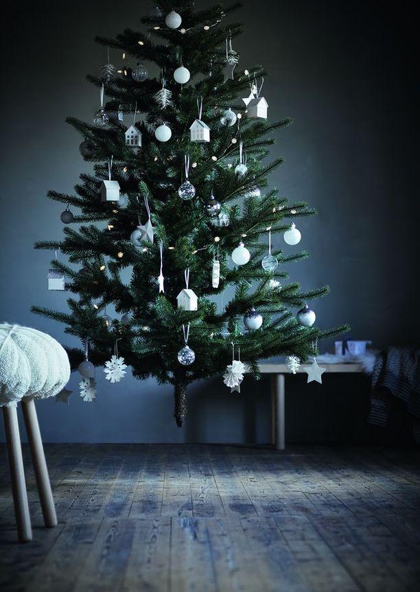 Joulukuusi sai ylleen valkoiset, lasiset ja hopeanharmaat koristeet.