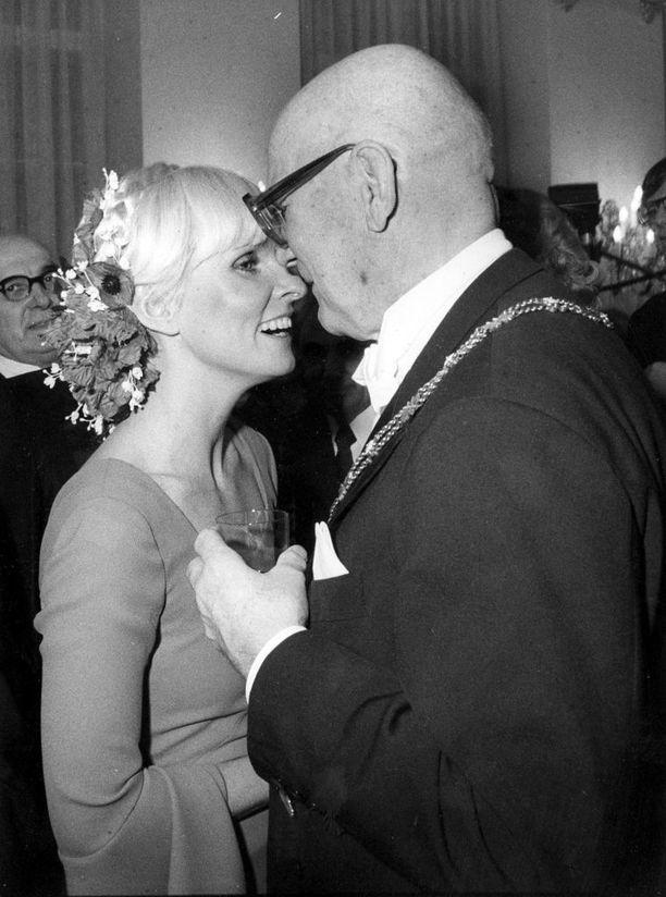 Kekkonen ja Marjatta Svennevig Linnan juhlissa 1977. Kuvaan UKK:sta grogilasi kädessä kauniin naisen seurassa tiivistyy kelpo siivu Urkki-myyttiä.