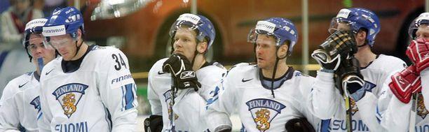 Katkeria hetkiä. Suomi on juuri hävinnyt 2007 MM-finaalin Kanadalle.