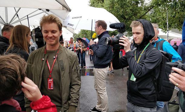 Nico Rosberg on Melbournessa kommentoimassa kauden avauskisaa saksalaiselle RTL-kanavalle. Rosberg ehti lauantaina rupatella nuoren, F1:n yllättämän australialaisfanin kansa.