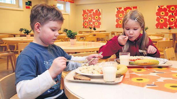 SOTTAISTA! Miia ja Miika Pyy saavat koulussa aina valmiiksi kuorittuja perunoita. Kotona he ovat taitoa koettaneet.