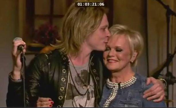 Jonne Aaron ja Katri Helena esittävät yhdessä Believe-kappaleen. Katri laulaa oman osuutensa suomeksi.
