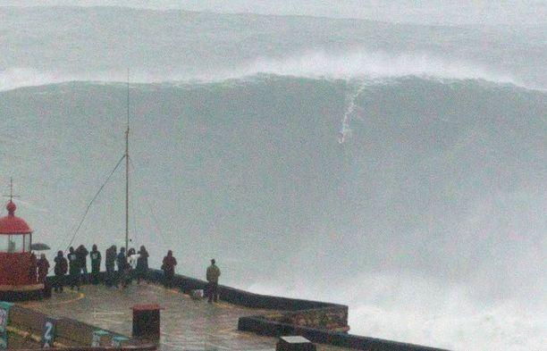 Tältä näytti Burlen meno aallolla, joka ensiarvioiden mukaan oli korkein koskaan surffattu.