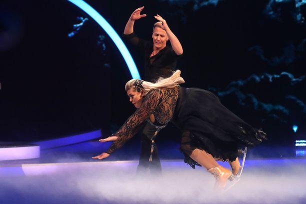 Gemma Collins lipesi sunnuntain lähetyksessä tanssijaparinsa Matt Eversin käsivarsilta. Tuloksena oli kipeä kaatuminen.