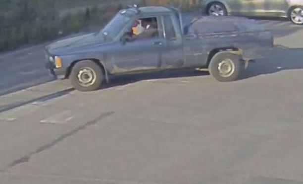 Epäilty saapui paikalle lava-autolla, jossa oli kyydissä toinenkin henkilö.