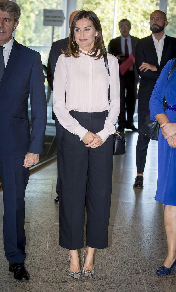 Culottes-housut, Karl Lagerfeldin haalean pinkki silkkipaita ja Margitin käärmeennahkakorkkarit ovat modernin kuninkaallisen merkkejä.
