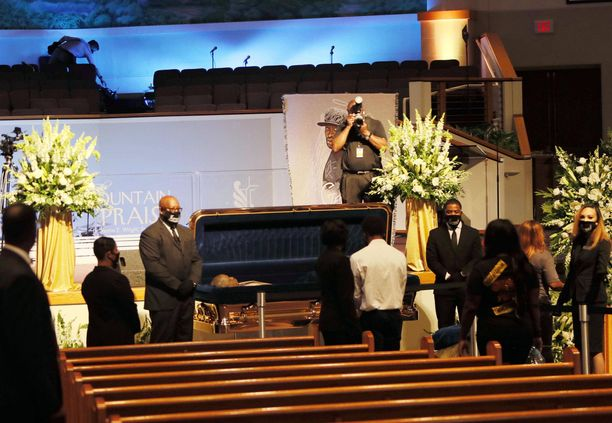 Tuhannet ihmiset kunnioittivat Floydin muistoa eilen Texasissa.