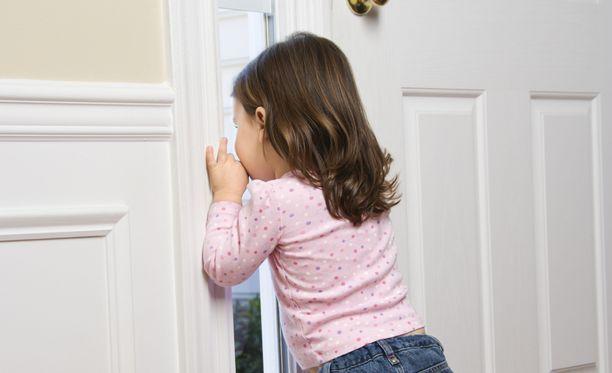 """Nonna huomasi, että oven takana oli """"kaveli"""". Kuvituskuva."""